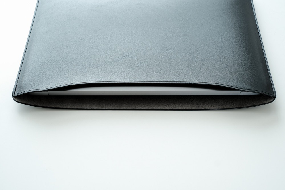 2千円台でこの質感!? コスパ最強の『ELECOM MacBook用レザースリーブケース』